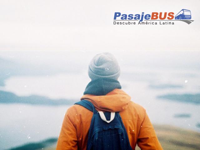 hombre mirando a un lago al horizonte