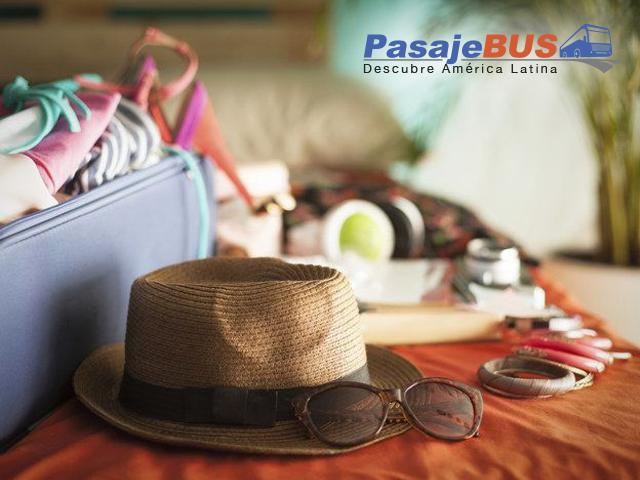 Foto de una maleta con un sombrero, listos para el viaje
